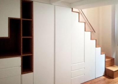 armario-diseño-estantes-blanco-bajo-escalera-granada-decuore