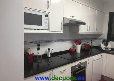 cocina-blanca-con-cenefa-roja-rf6-(2)