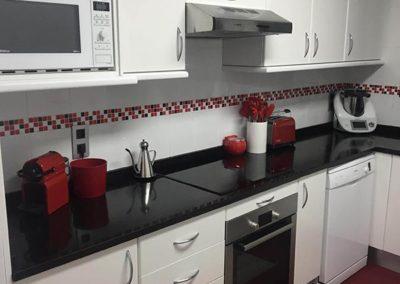 cocina blanca con cenefa roja rf6 4