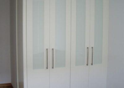 armario a medida en granada con puertas blancas abatibles con cristal