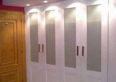 armario abatible blanco con cristal vitrina clasico elegante decuore 1
