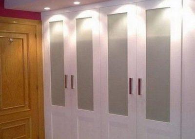 armario abatible blanco con cristal vitrina clasico elegante decuore