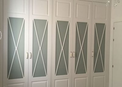armario blanco vitrina aspa a medida decuore 1