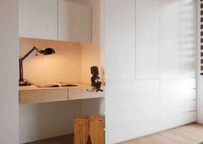 dormitorio con despacho y armario a medida en granada blanco decuore