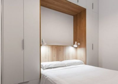 dormitorio-matrimonio-con-cabecero-con-muebles-y-armario-en-granada