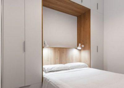 dormitorio matrimonio con cabecero con muebles y armario en granada