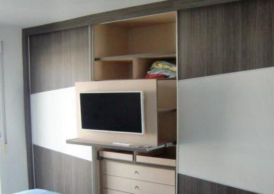 dormitorios matrimonio con armarios con television 1