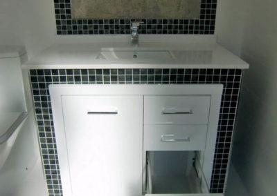 mueble para el baño con cajones y puertas