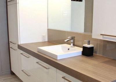 muebles de baño con lavabo sobre encimera y madera