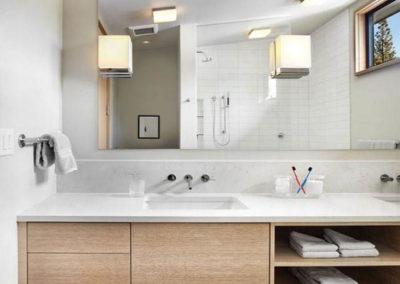 muebles de baño en madera con huecos para toallas