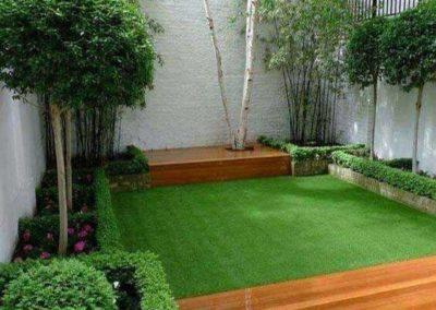 precioso patio con cesped y suelo en granada