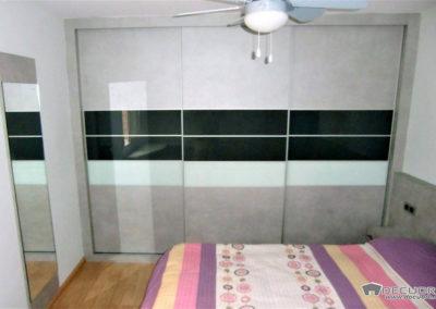 dormitorio matrimonio con mesa de estudio espejo