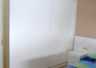 dormitorios matrimonio con armarios blancos