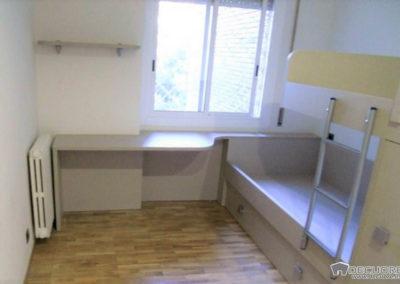 habitacion con cama literas y escritorio en granada
