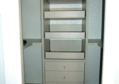 vestidores abiertos con puertas blancos