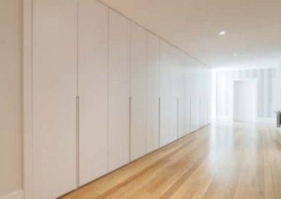 armarios con puertas empotrados a medida blancos