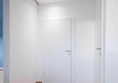 suelos de tarimas oscuros y puertas blancas decuore