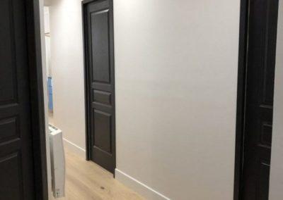suelos laminados con puertas oscuras